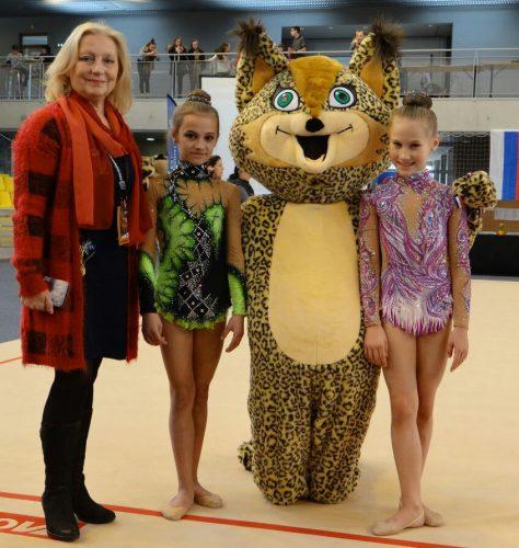 Maskottchen Lyxy spornt Gymnastinnen in Straßburg an
